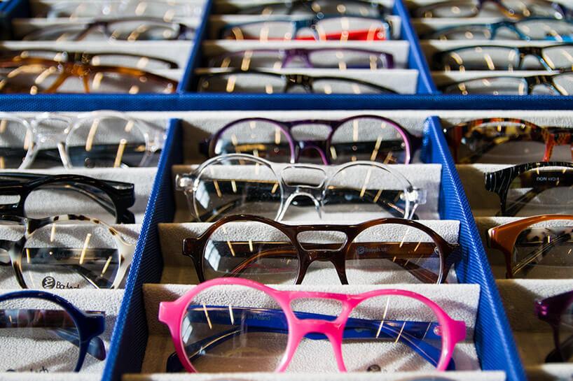 wiele okularów wniebieskim pudełku