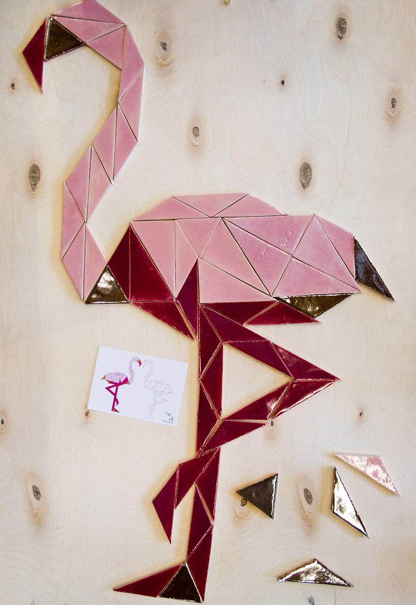 różowa czapla na ścianie
