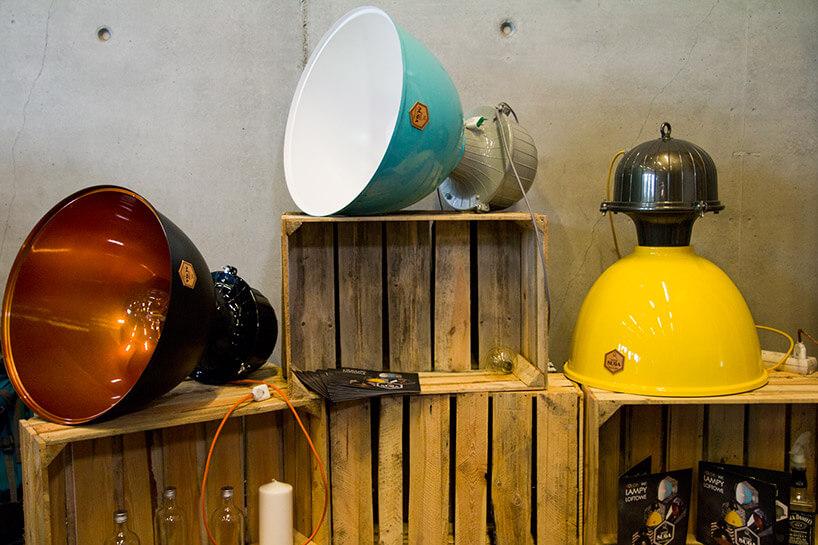 ekspozycja dużych lamp wiszących