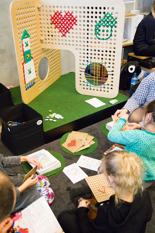 dzieci podczas zabawy przy dziurkowanej konstrukcji