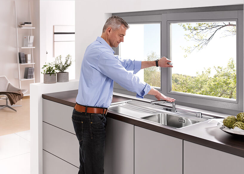 mężczyzna stojący przy blacie kuchennym