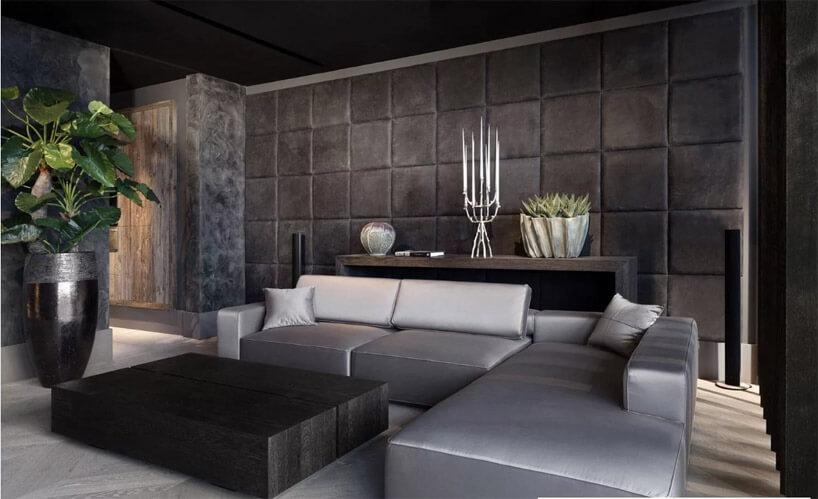 biało szara kanapa przy ścianie zpanelami