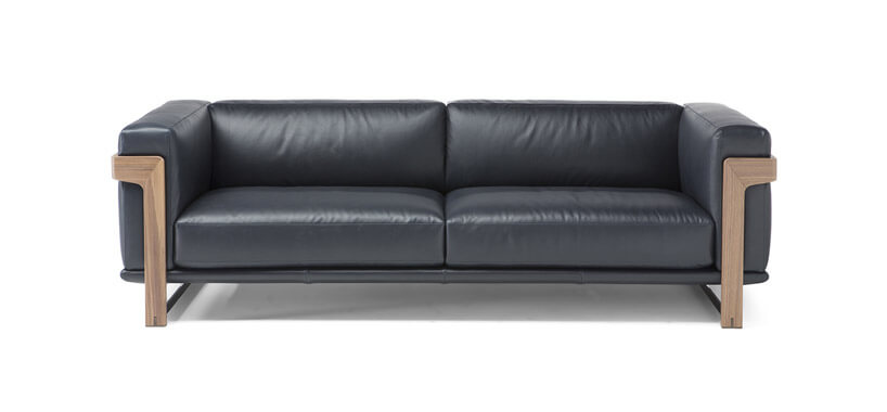 czarna sofa zdrewnianymi dodatkami na białym tle