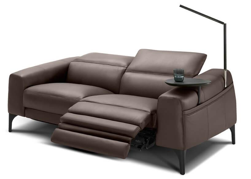 rozkładana kanapa zwygodnym idużym oparciem ilampą