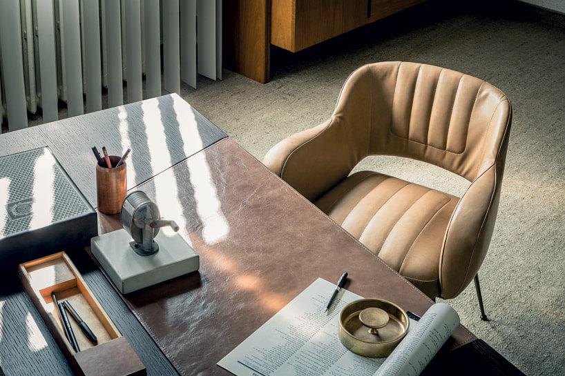 kamienne biurko zpikowanym krzesłem