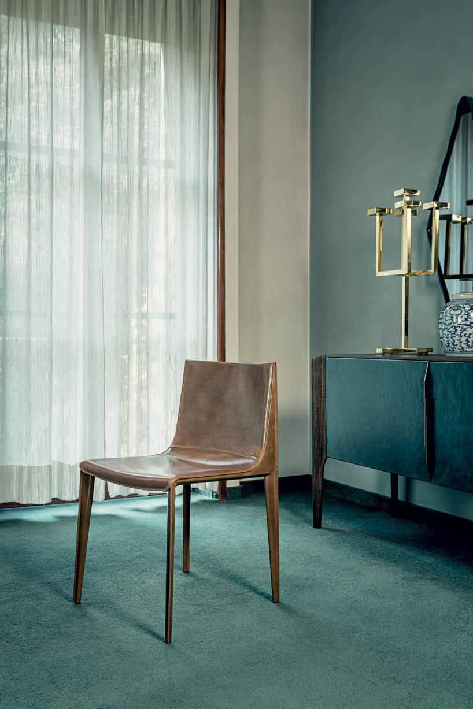 drewniane krzesło wpokoju zzielonymi akcentami