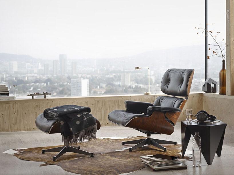 fotele zpodnóżkiem stojący na balkonie zwidokiem