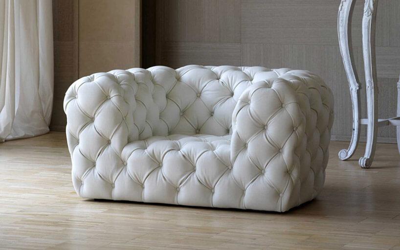 biała pikowana mała kanapa