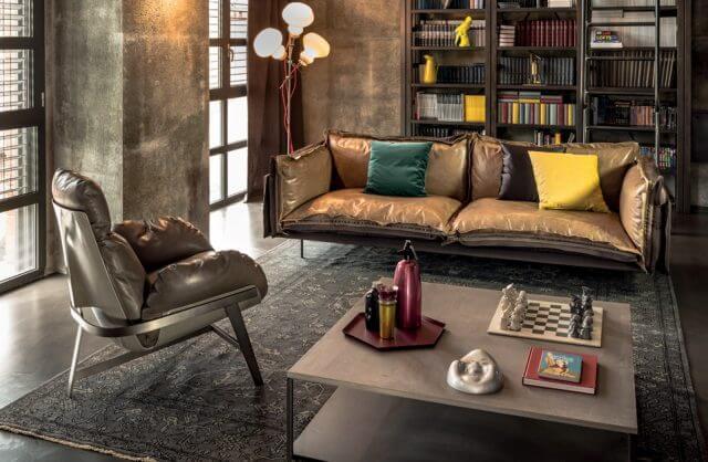 skórzane siedzenia w dużym stylowym salonie