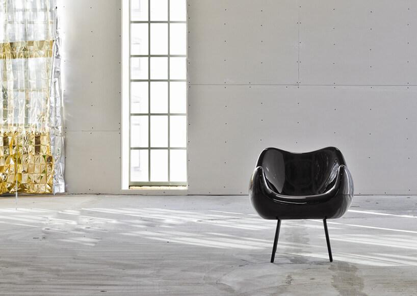 czarny fotel wbiałym remontowanym wnętrzu