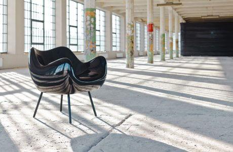 czarny fotel w hali produkcyjnej