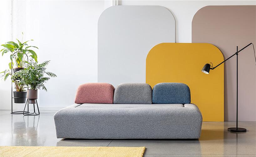 wyjątkowa sofa Miu Magic od Miu Form wykończona szarym materiałem ztrzema poduszkami na oparciu