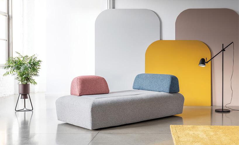 szara sofa Miu Magic od Miu Form zniebieską iczerwoną poduszką