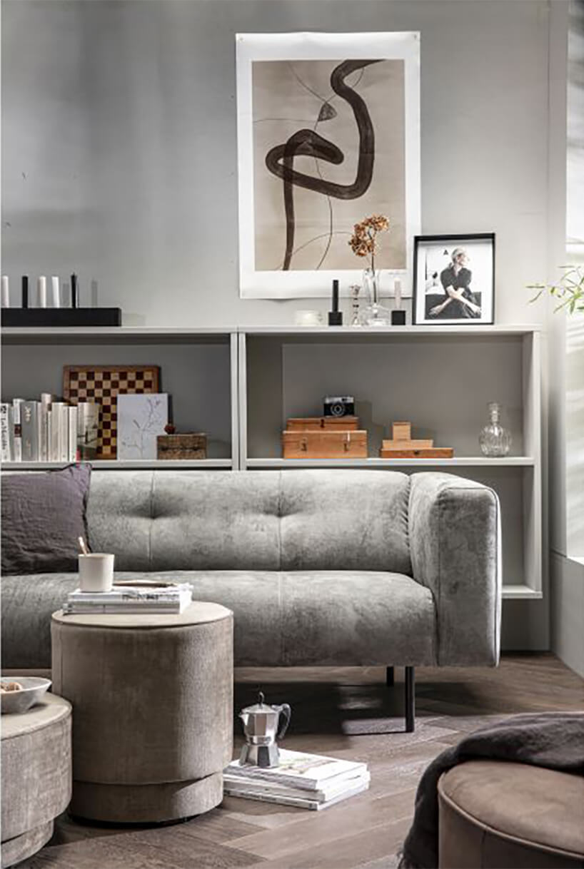 nowoczesna szara sofa Skin od na ciemnej drewnianej podłodze Woood