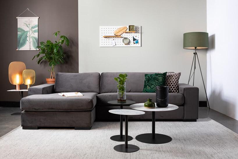 czarna sofa Fiep od Zuiver zczęścią do spania przy trzech małych stolikach zczarnym ibiało czarnym blatem