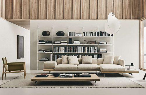 elegancka brązowa skórzana sofa Dock od B&B Italia w jasnym salonie na dużym dywanie