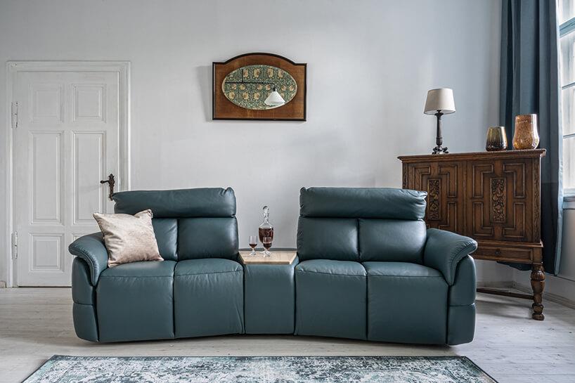 ciemno niebieska sofa modułowa od Gala Collezione zbarem skośnym