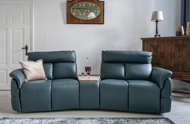 ciemno niebieska sofa modułowa od Gala Collezione z barem skośnym
