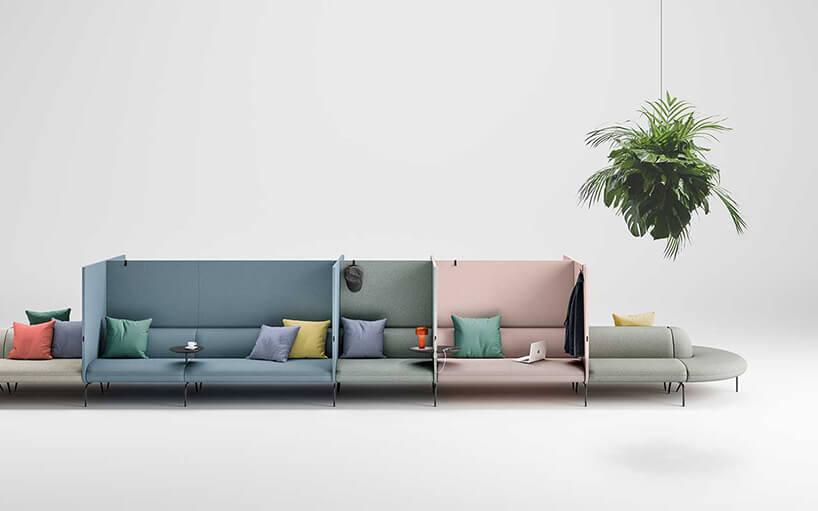 długa kolorowa sofa zpodziała oraz różnokolorowymi poduszkami