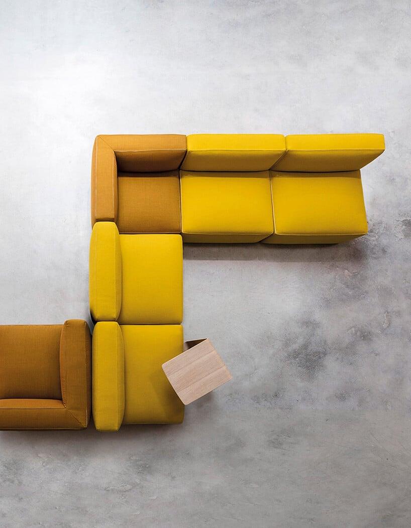 żółto musztardowe kanapy zdodatkiem materiału wkolorze lekkie czerwieni