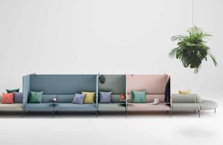długa kolorowa sofa z podziała oraz różnokolorowymi poduszkami