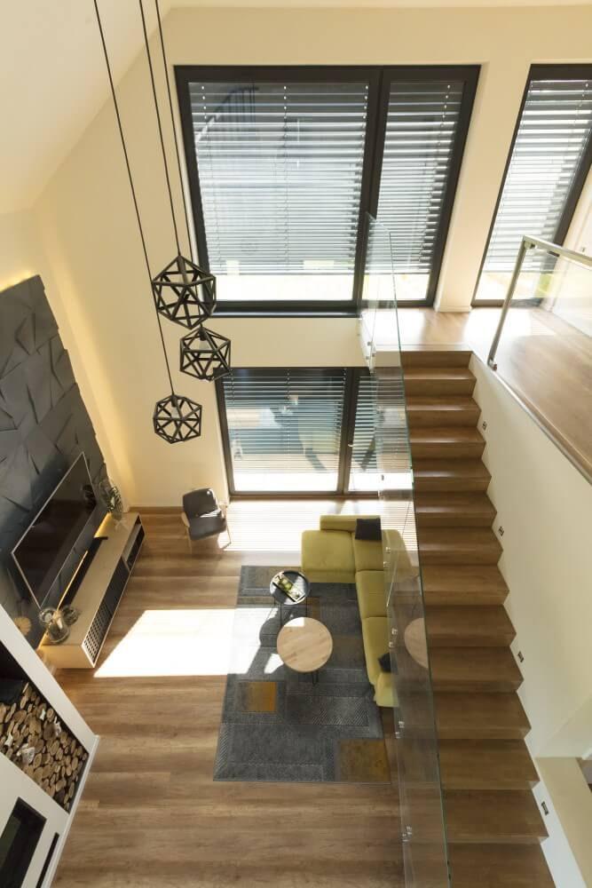 widok zklaatki schodowej apartamentu okna zżaluzją fasadową od anwis
