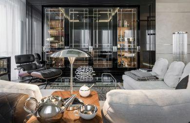 salon z dużą ilością ozdób oraz jasną kanapą