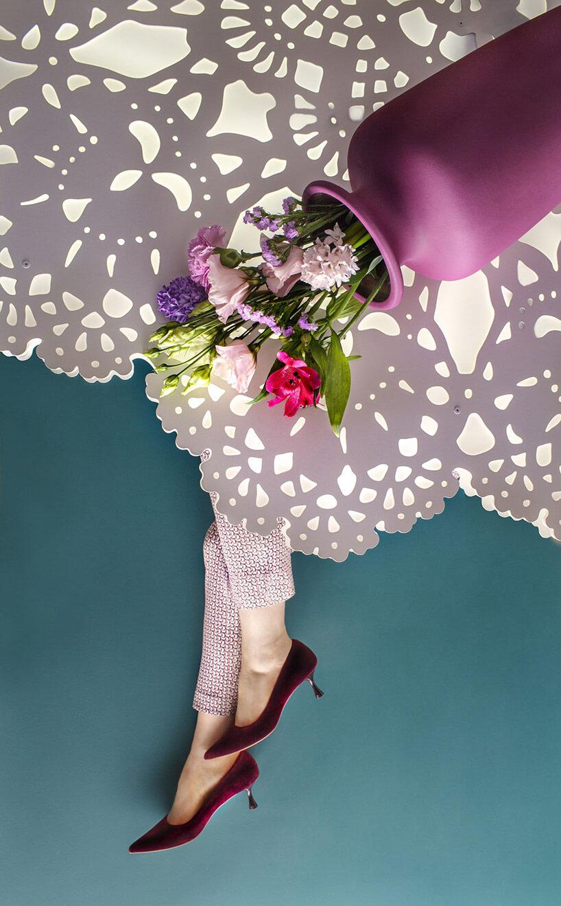 nogi kobiety wszpilkach przysłonięte nietypową lampą