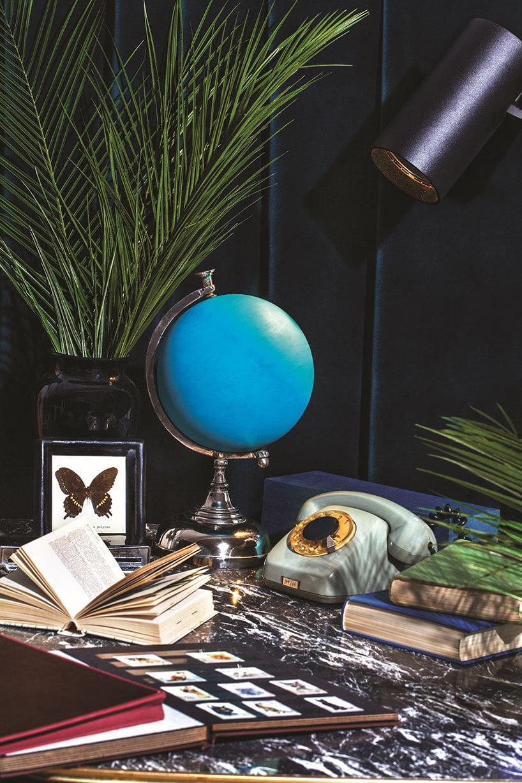 czarna lampa waranżacji biurka