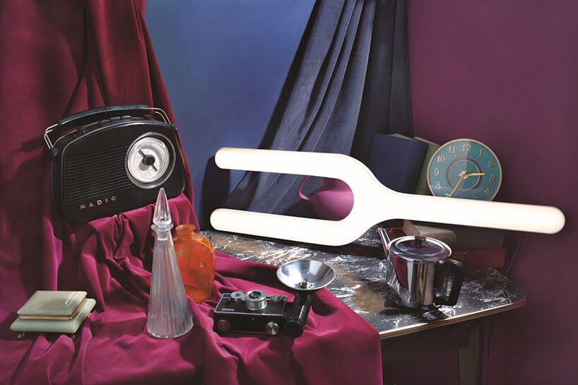 wyjątkowa lampa na stole ze starym radiem