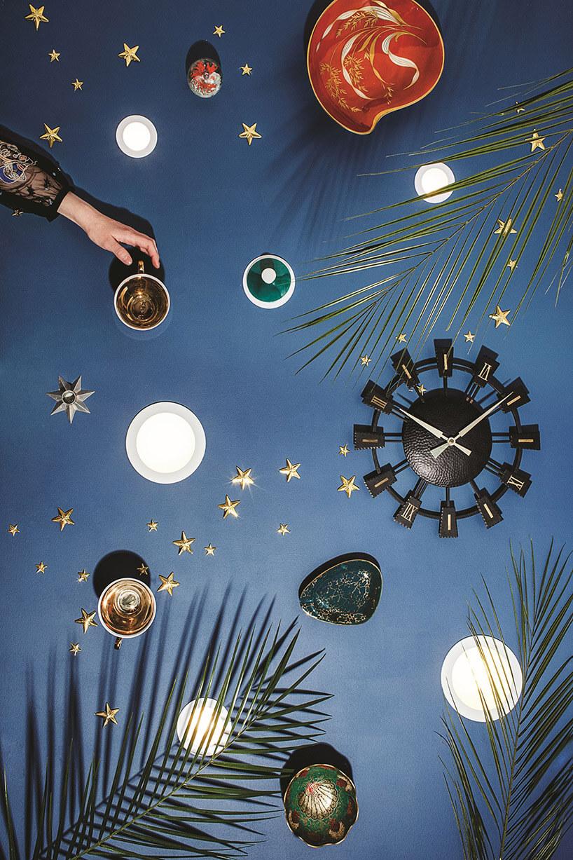 punkty świetlne na niebieskiej ścianie zczarnym zegarem