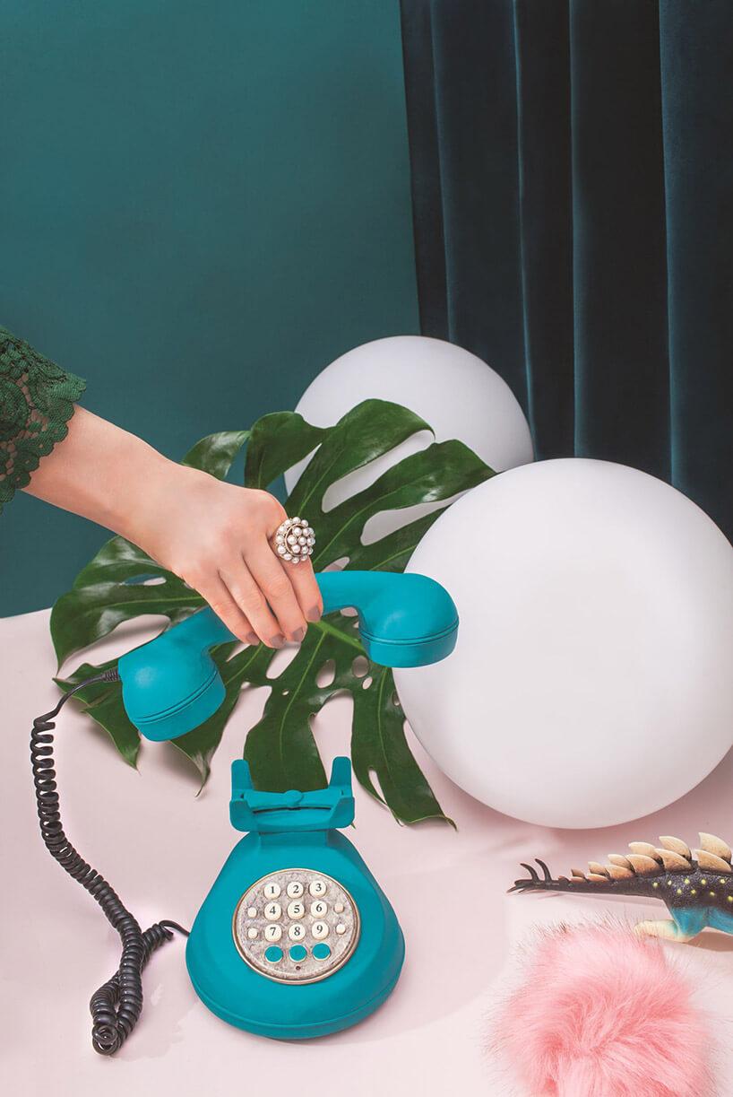 kuliste lampy obok zielonego telefonu wstarym stylu