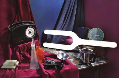 wyjątkowa lampa na stole ze starym radiem i aparatem