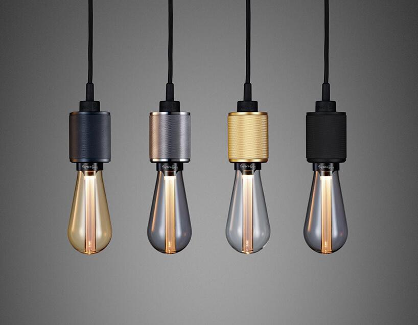 wyjątkowe cztery lampy wiszące zbłyszczącymi żaówkami wmetalowych złotych czarnych isrebrnych mocowaniach