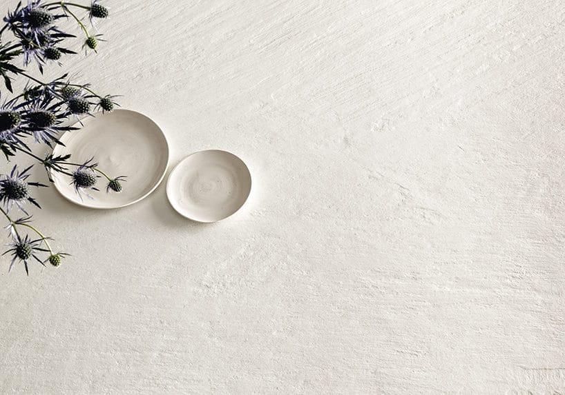 biały kamień olekkiej fakturze zdwoma podstawkami na nim