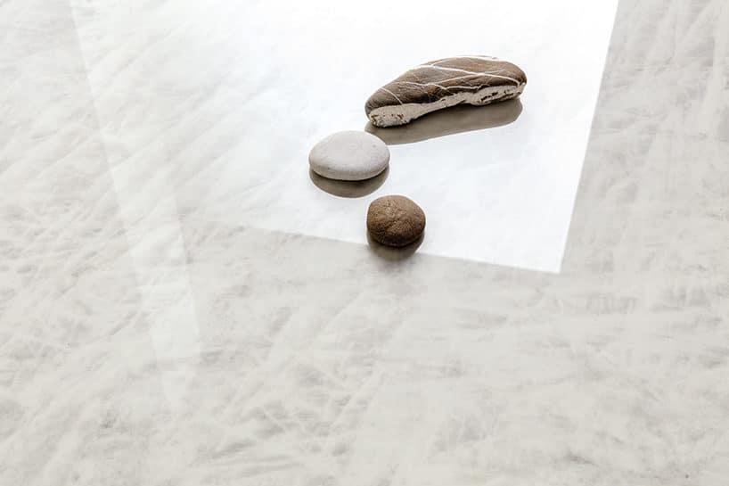 elegancki biały kamień zszarymi zaciekami pod trzema kamieniami