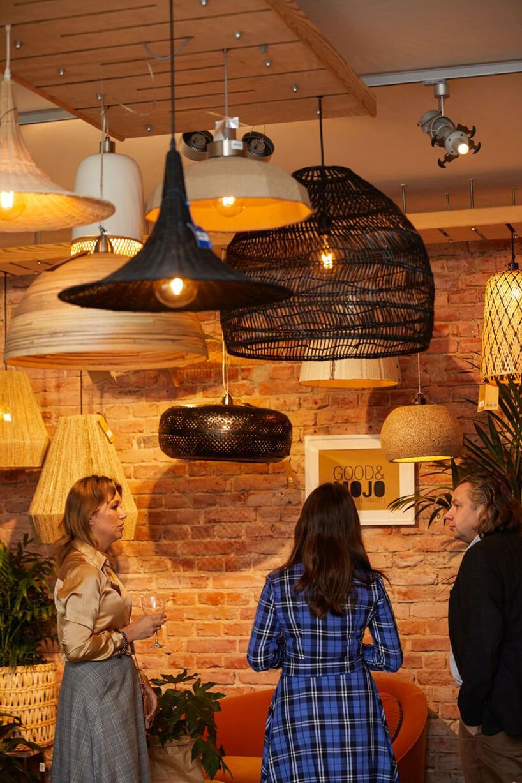 goście ogladający lampy wiszące na tle ceglanej ściany