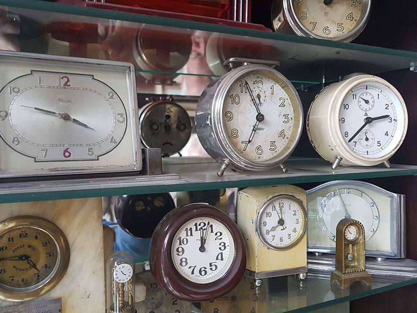 półki pełne starych zegarków