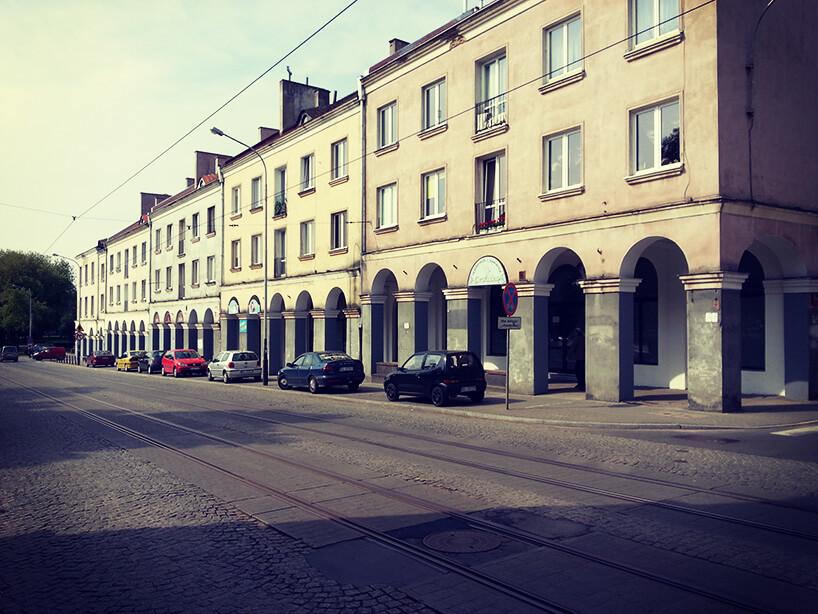 ciąg kamienic zpodcieniami wzdłuż ulicy Zgierskiej