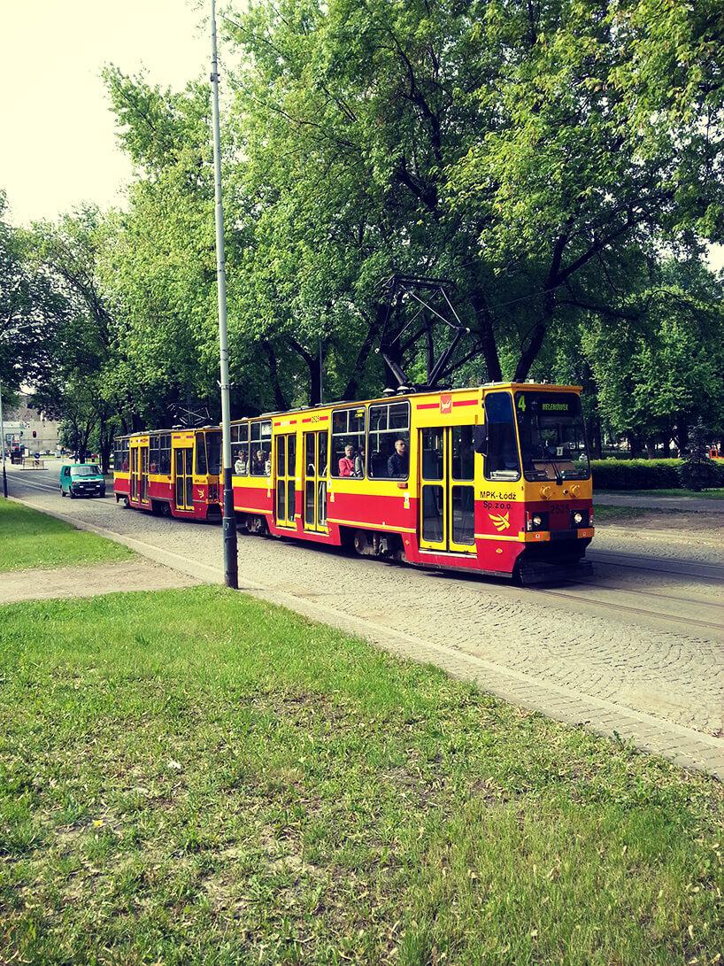 tramwaj linii 4 przejeżdżający mijający park