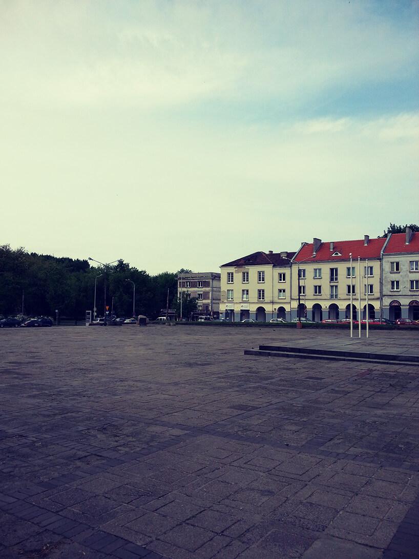 duży plac zakończony parkiem ikamienicami