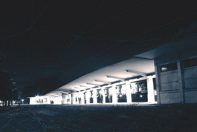 oświetlona zajezdnia tramwajowa nocą