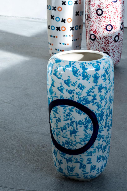 trzy wzorzyste ceramiczne wazony na szarej podłodze