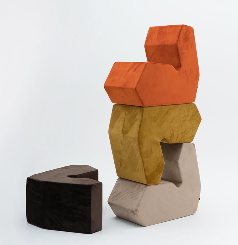 nietypowe cztery siedziska wróżnych kolorach zpoukładanymi trzema siedziskami na sobie