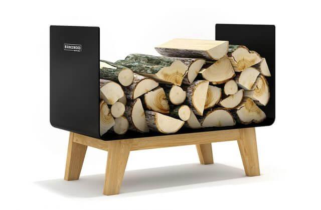 czarny metalowy stojak na drewno z drewnianymi nogami