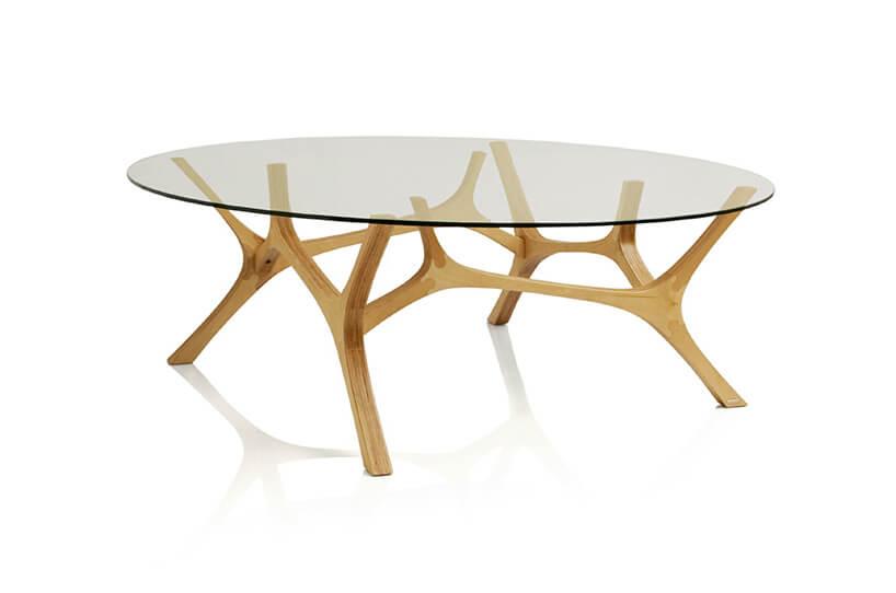 szklany stół zdrewnianymi nogami