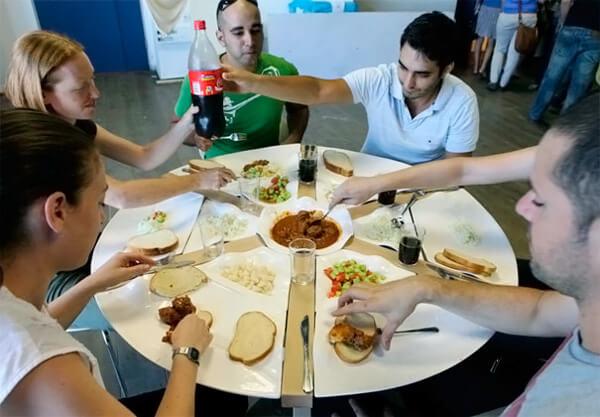 ludzie jedzący posiłek