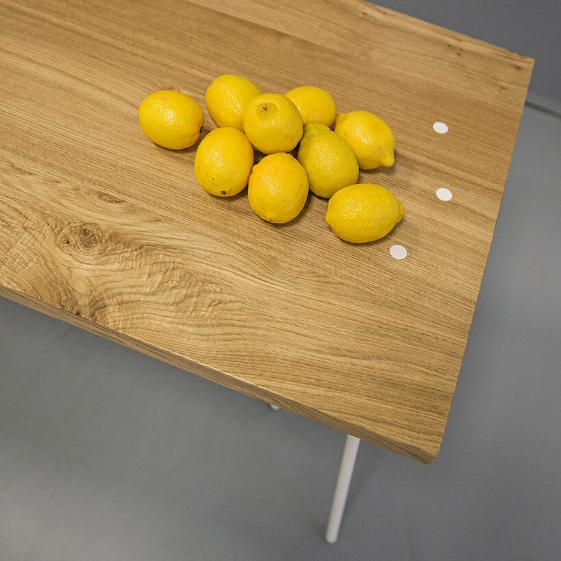kilka cytryn na drewnianym blacie stołu