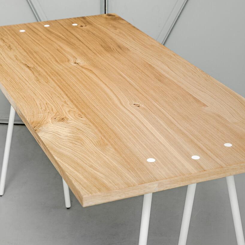 prostokątny stół zdrewnianym blatem isześcioma nogami