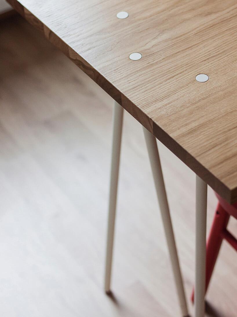 część drewnianego blatu stołu zdodatkową nogą